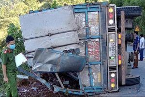 Xe tải lật khi đổ đèo, 2 mẹ con tử vong