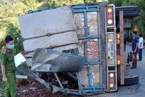 Xe tải lật khi đổ đèo, 2 mẹ con tử vong tại chỗ
