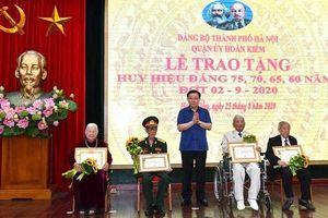 Bí thư Thành ủy Vương Đình Huệ trao Huy hiệu Đảng cho đảng viên lão thành quận Hoàn Kiếm