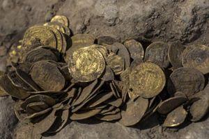Nhóm thiếu niên tìm được bình chứa hàng trăm đồng vàng cổ