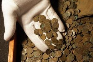 Hai học sinh tìm thấy kho báu tiền xu vàng ròng 1.100 năm tuổi