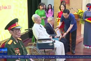 Trao Huy hiệu Đảng cho các đảng viên quận Hoàn Kiếm