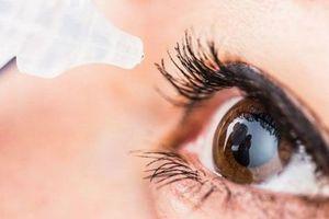 Vào viện vì mắt mờ dần với lọ thuốc nhỏ mắt, bác sĩ chỉ ra sai lầm vẫn dùng hàng ngày