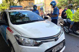 Xử phạt 10 tài xế taxi vi phạm trên phố Phủ Doãn