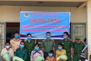 Công an Đắk Nông chung tay hỗ trợ người nghèo vượt qua mùa dịch