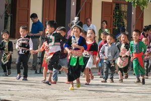 Trẻ vùng biên xúng xính mặc trang phục truyền thống đi tựu trường