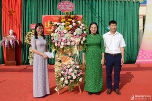 Đồng chí Cao Thị Hiền đánh trống khai giảng năm học mới tại Trường THCS Hòa Hiếu 2