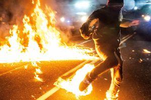 Bị ném ly cocktail, người biểu tình ở Mỹ bốc cháy