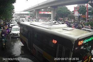 Hà Nội: Mưa lớn đầu giờ sáng gây ùn tắc nhiều tuyến đường