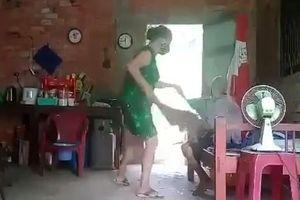Bắt tạm giam người phụ nữ đánh đập, đổ chất bẩn lên đầu mẹ già