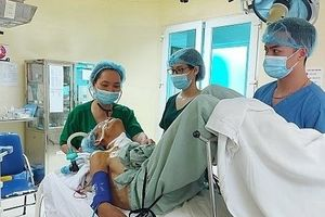 2 giờ phẫu thuật cho bệnh nhân u tuyến giáp trong tư thế đặc biệt