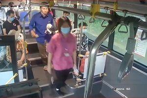 Nhắc nhở khách đeo khẩu trang, phụ xe buýt ở Hà Nội bị nhổ nước bọt