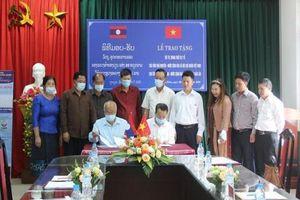Đại học Thái Nguyên trao tặng vật tư, trang thiết bị y tế chống dịch COVID-19 cho tỉnh Luông Pha Băng.