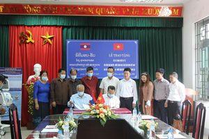 Đại học Thái Nguyên tặng trang thiết bị chống Covid-19 cho tỉnh Luông Pha Băng
