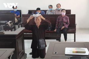 Cụ ông 79 tuổi quỳ gối, đội đơn xin được xử án ở tòa Đồng Nai
