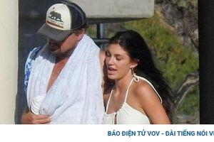 Leonardo DiCaprio ôm eo bạn gái xinh đẹp đi dạo quanh bãi biển ở Malibu