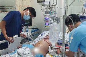 Bé trai bị sốc sốt xuất huyết, nhiều biến chứng nặng