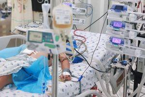 Bé trai bị suy gan, rối loạn đông máu vì sốt xuất huyết