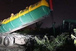 Hà Nội: Hai ôtô đổ trộm phế thải có ghi thông tin công ty môi trường