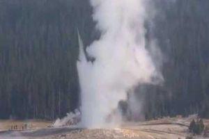Mạch nước phun trào cao tới 60 mét sau 'giấc ngủ' dài