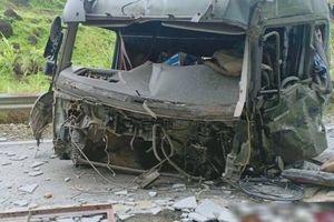 Xe đầu kéo tông vào taluy bên đường, 2 người tử vong