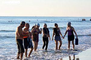 Nới lỏng giãn cách xã hội, người Đà Nẵng kéo nhau ra biển 'giải nhiệt'