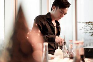 Soobin Hoàng Sơn đích thân phục vụ đồ ăn, pha nước uống cho fan nhân dịp sinh nhật