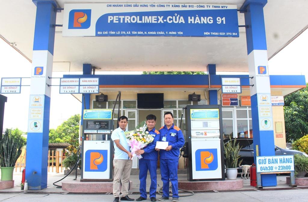 Chi nhánh Xăng dầu Hưng Yên khen thưởng Cửa hàng đạt thành tích xuất sắc tháng 8/2020