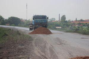 Đê Hữu Hồng oằn mình cõng xe quá tải: Cơ quan chức năng đang ở đâu?