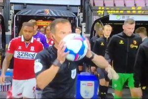 Trọng tài nước Anh hôn quả bóng gây tranh cãi 'nảy lửa'