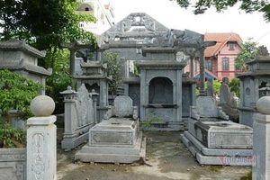 Bí ẩn ngôi làng cách 1 mét có mộ đá nằm ngoài đường, khắp nơi là tượng thờ