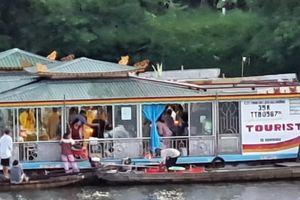 TT - Huế: Rải vàng mã xuống sông Hương, lái thuyền bị lập biên bản vi phạm hành chính