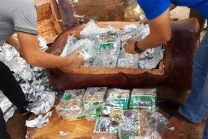 Phát hiện gần 200 kg ma túy giấu trong tượng gỗ