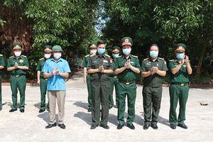 Trao quà hỗ trợ Covid -19 cho cán bộ, sĩ quan Quân đội nhân dân Lào
