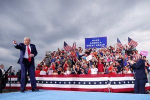 Ảnh ấn tượng tuần (7-13/9): Bầu trời như 'ngày tận thế' ở Mỹ, căng thẳng Belarus, nhà sáng lập WikiLeaks đắc lợi từ Covid-19