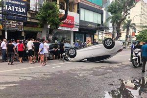 Đâm vào xe khác, ô tô 5 chỗ lật ngửa giữa phố đông người
