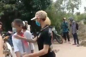 Nữ sinh lớp 7 bị 'chị đại' chặn đánh khi đi học về