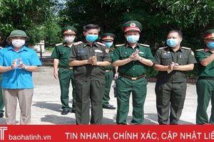 Phó Tư lệnh Quân khu 4 trao quà hỗ trợ cán bộ, sỹ quan Lào đang cách ly tại Hà Tĩnh