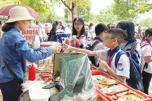 Thực phẩm bẩn 'bủa vây' cổng trường học