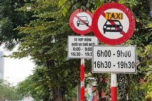 Hà Nội: Bắt đầu khôi phục biển cấm taxi, xe hợp đồng trên 10 tuyến phố