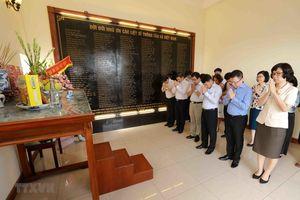 Dâng hương tưởng niệm các liệt sỹ nhà báo của TTXVN
