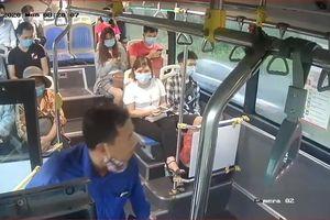 Phạt tiền người đàn nhổ nước bọt vào nữ nhân viên xe buýt