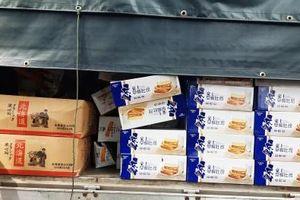 Bắt giữ lô hàng hơn 45.000 chiếc bánh bông lan nghi nhập lậu