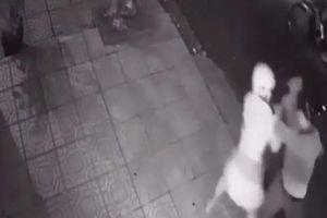 Clip: Cô gái bị nhóm cướp khống chế, cướp xe máy lúc giữa đêm
