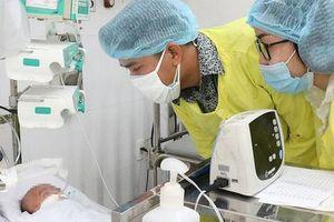 Ba mẹ bé trai bị bỏ rơi trước cổng chùa đến bệnh viện xin nhận con