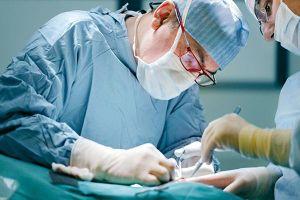 Bé gái mang khối u buồng trứng nặng 12 kg