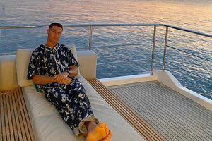 Diện áo ngủ đắt đỏ, Ronaldo như đứa trẻ khoe đồ