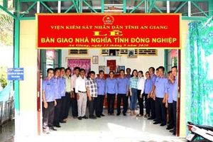 VKSND tỉnh An Giang trao tặng nhà 'Nghĩa tình đồng nghiệp'