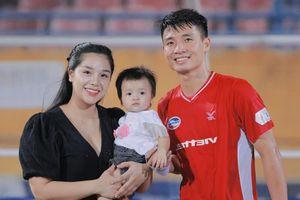 Bùi Tiến Dũng tặng 'trái tim' cho Khánh Linh và con gái