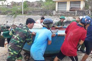 Lính biên phòng 'đảo ngọc' Quảng Trị đua thời gian giúp dân 'chạy' bão